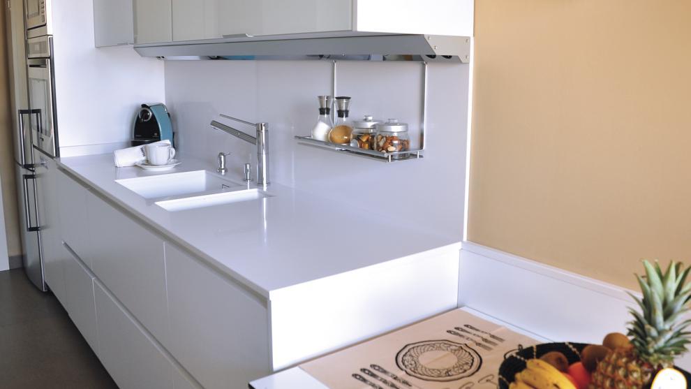 Cocina blanca brillo km3d moda en la cocina for Modelos de cocinas en l